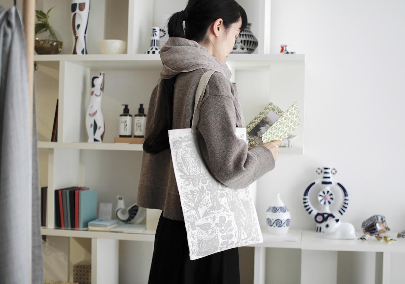 軽やかに心地よく、リネンスカーフ&バッグで秋のリラックススタイルのイメージ画像