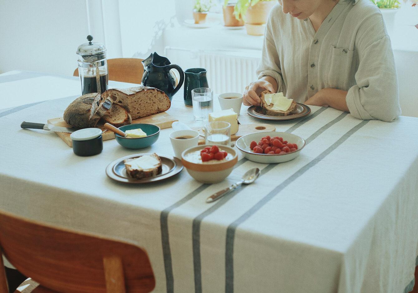 夏の食卓を彩るテーブルリネンのイメージ画像